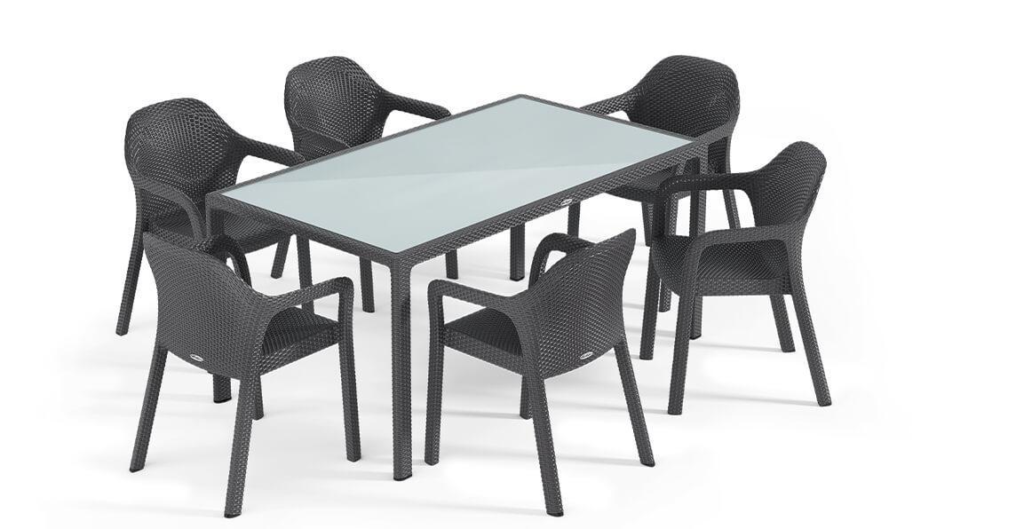Στοιβαζόμενες καρέκλες LECHUZA σε χρώμα granite και τραπέζι φαγητού με επιφάνεια από γυαλί ασφαλείας.