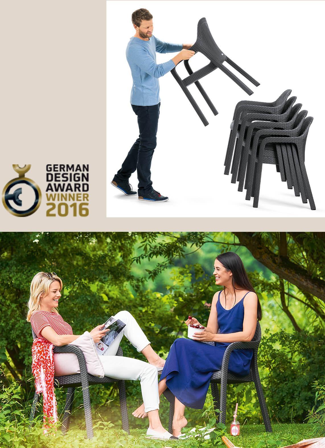 'Молодой человек легко укладывает несколько стульев LECHUZA друг на друга. Двое друзей сидят на стульях под деревом