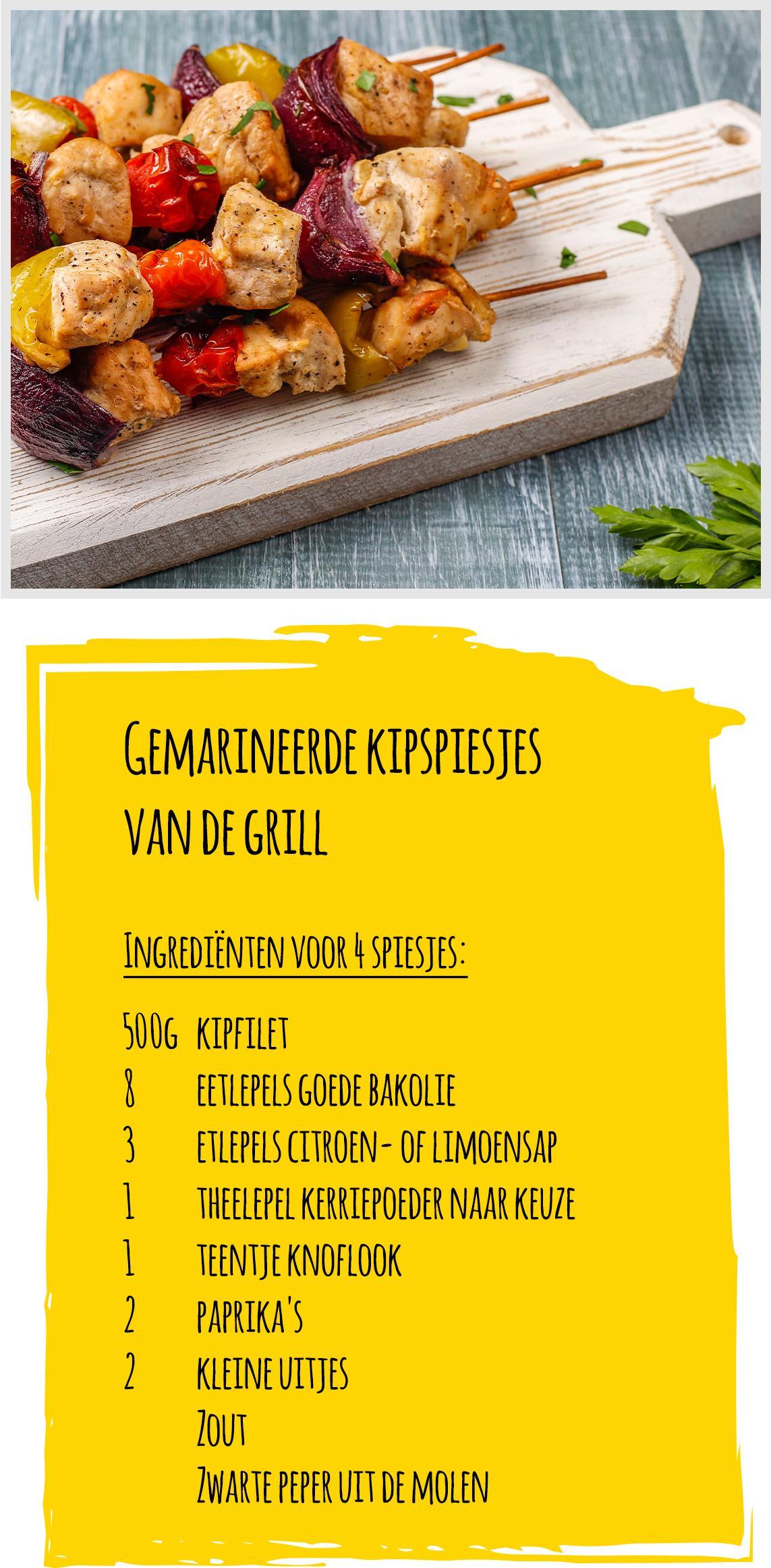 Heerlijke kip-grillspiesjes liggen op een houten plank.