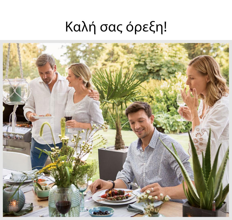 Τέσσερις φίλοι κάθονται για φαγητό σε ένα καλοστρωμένο τραπέζι έξω.
