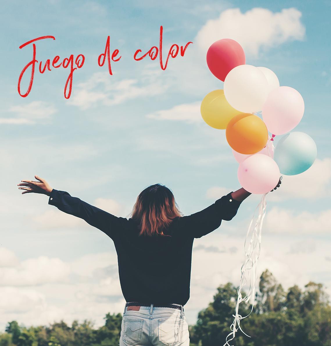 Chicas en el campo con globos de colores