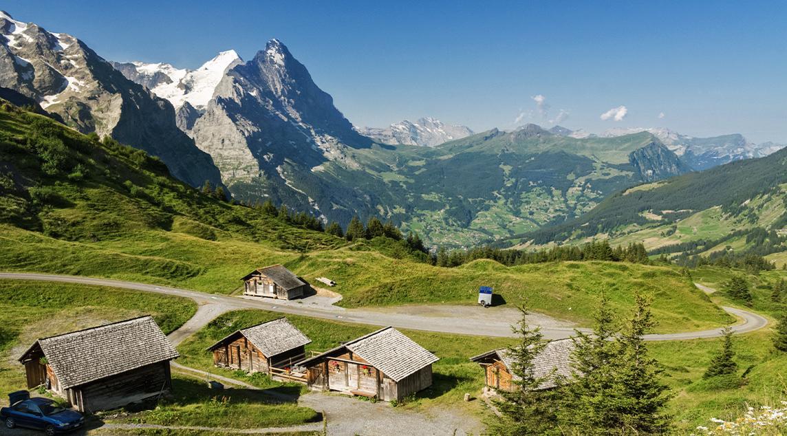 Wunderschöne idyllische Berglandschaft Tirols mit Landhaus im Sommer