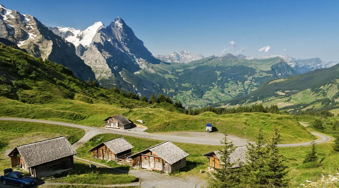Hermoso paisaje idílico de montaña en Tirol con casa de campo en verano