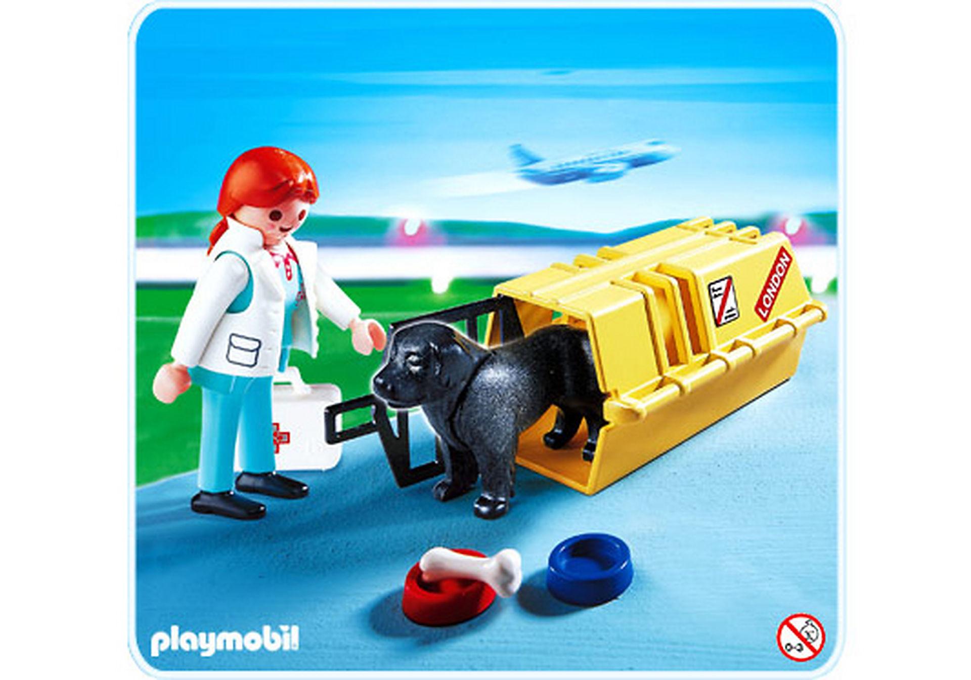 4317-A Tierärztin mit Hund und Flugbox zoom image1