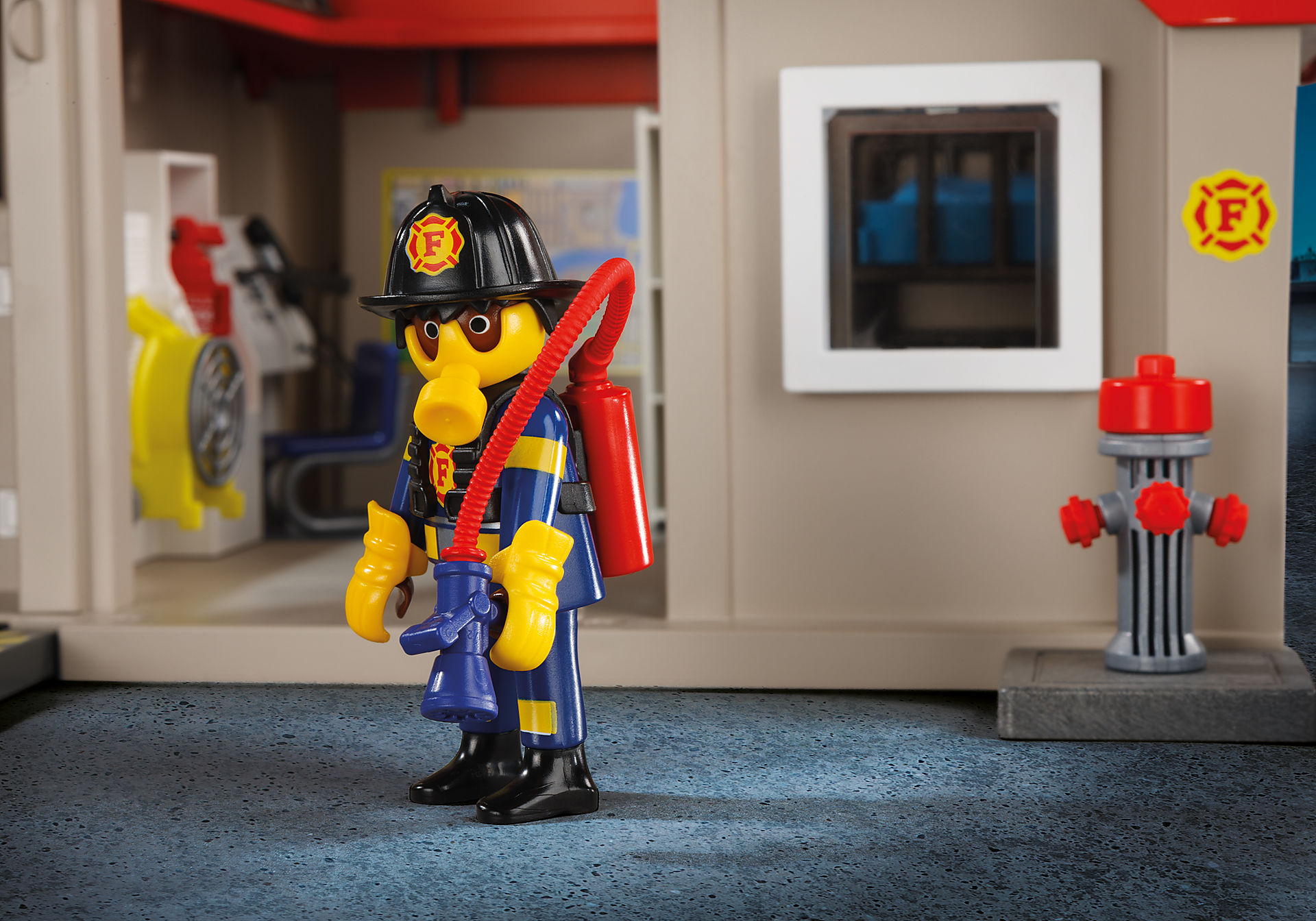 http://media.playmobil.com/i/playmobil/5663_product_extra3/Take Along Fire Station