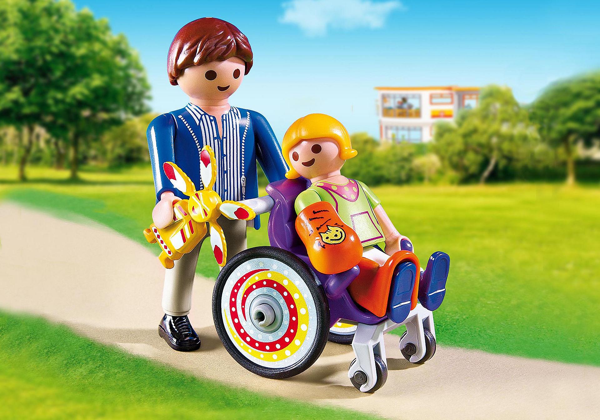 6663 Enfant avec fauteuil roulant et papa zoom image1