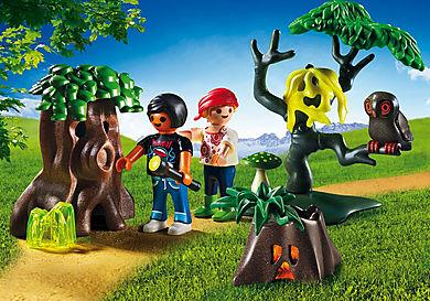 6891 Enfants avec végétation et lampe torche