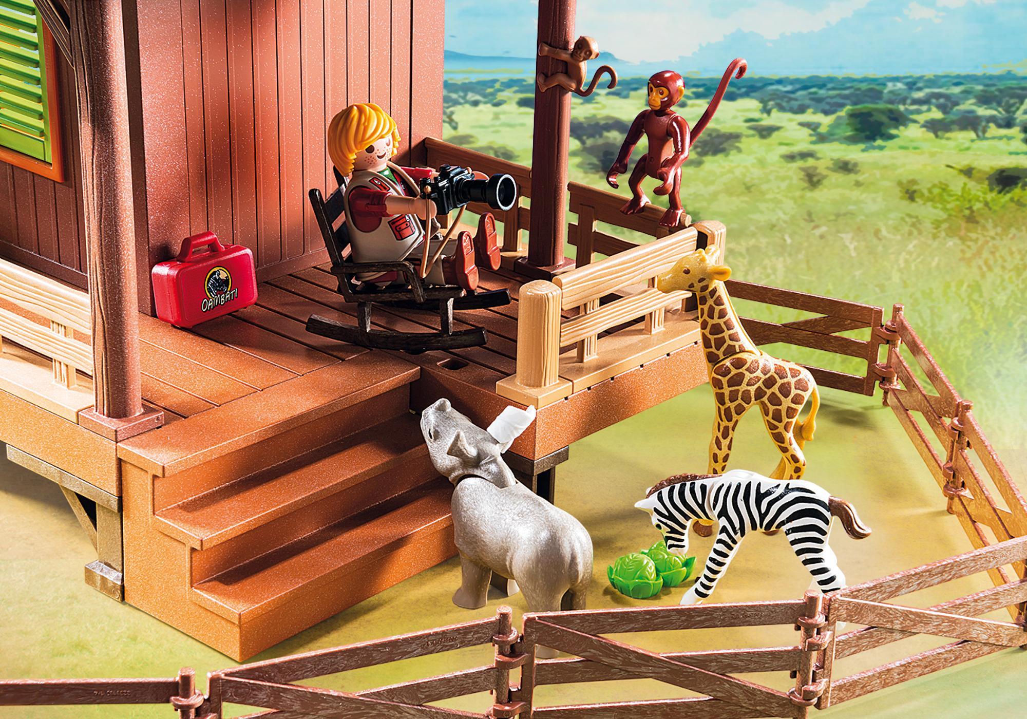 http://media.playmobil.com/i/playmobil/6936_product_extra3/Domek Rangera z hodowlą zwierząt