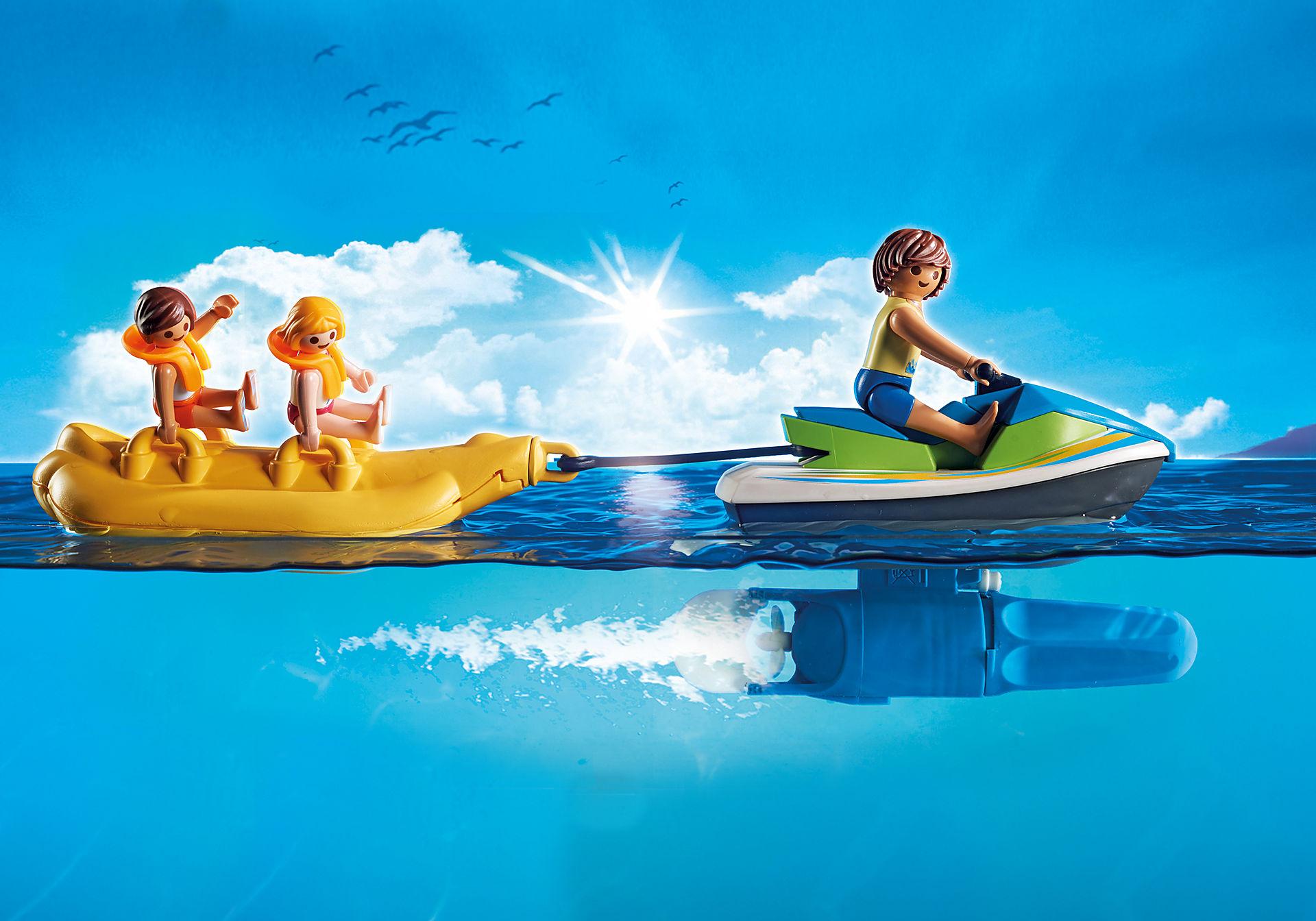 6980 Vacanciers avec scooter des mers et banane zoom image6