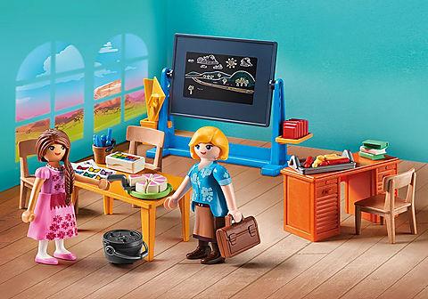 70121 Mademoiselle Kate Flores et salle de classe