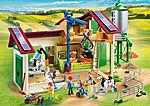 Großer Bauernhof mit Silo