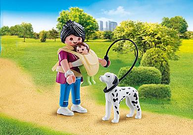 70154 Anyuka kisbabával és kutyával