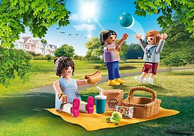 70543 Maman et enfants avec pique-nique