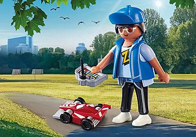 70561 Αγόρι με τηλεκατευθυνόμενο αυτοκινητάκι