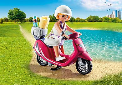 9084 Plażowiczka na skuterze
