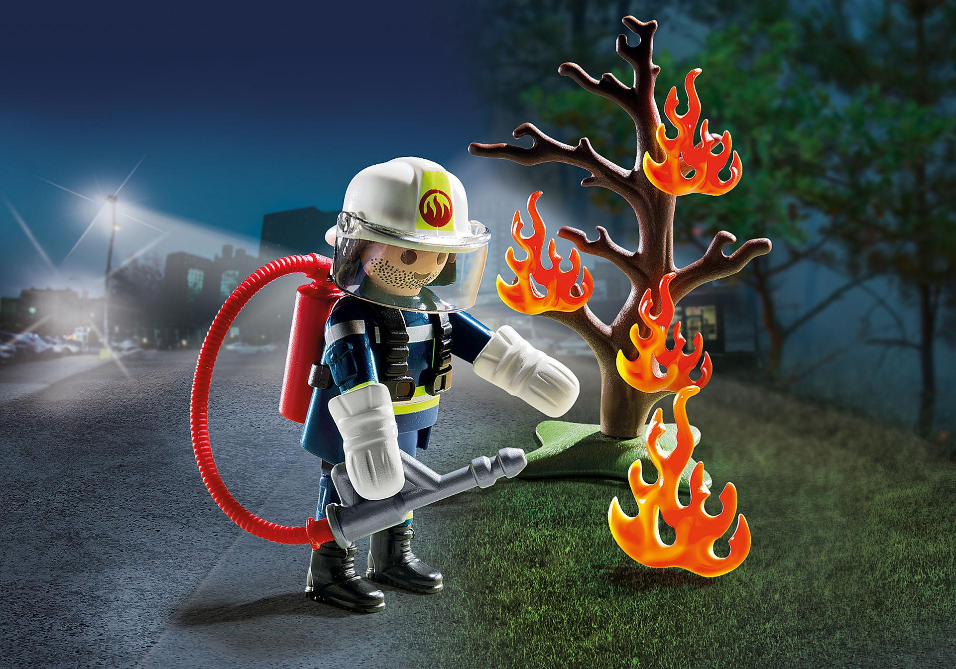 9093 Brandweerman met brandende boom zoom image1