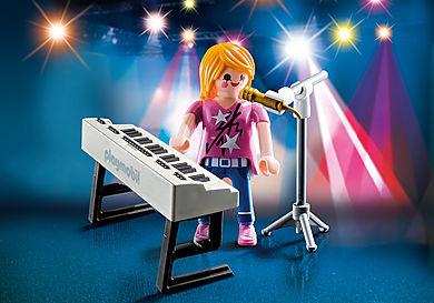 9095 Sängerin am Keyboard