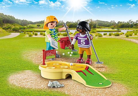 9439 Kinder beim Minigolfspiel
