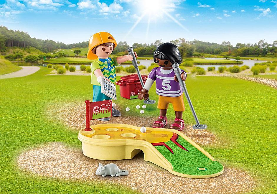 9439 Kinder beim Minigolfspiel detail image 1
