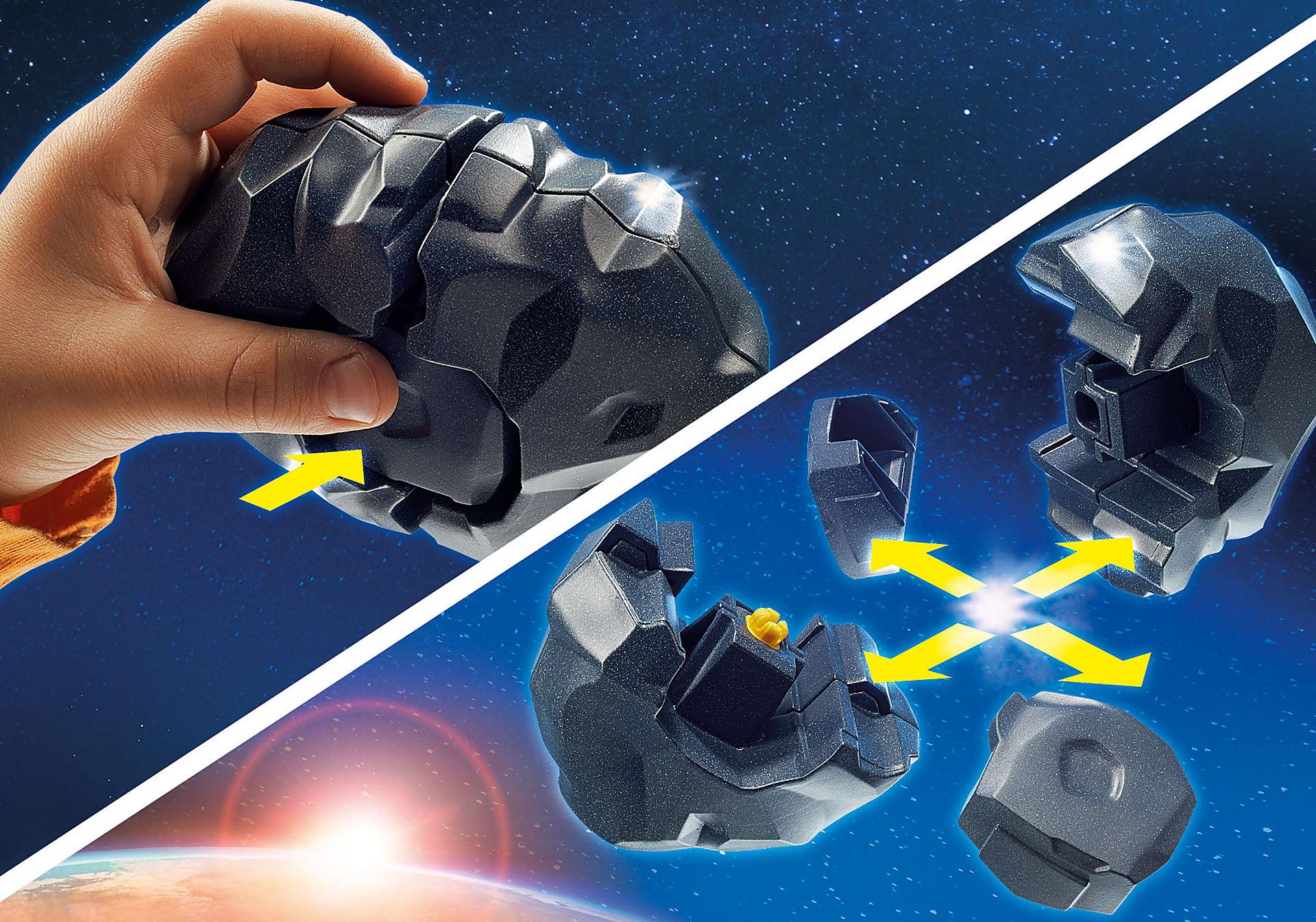 9490 Spationaute avec satellite et météorite zoom image5