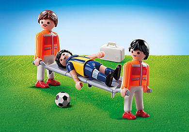 9826 Socorristas com maca e jogador de futebol