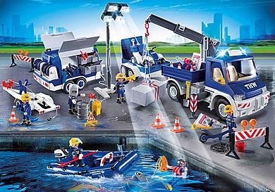 9880 Equipe de secouristes avec camion et bateau